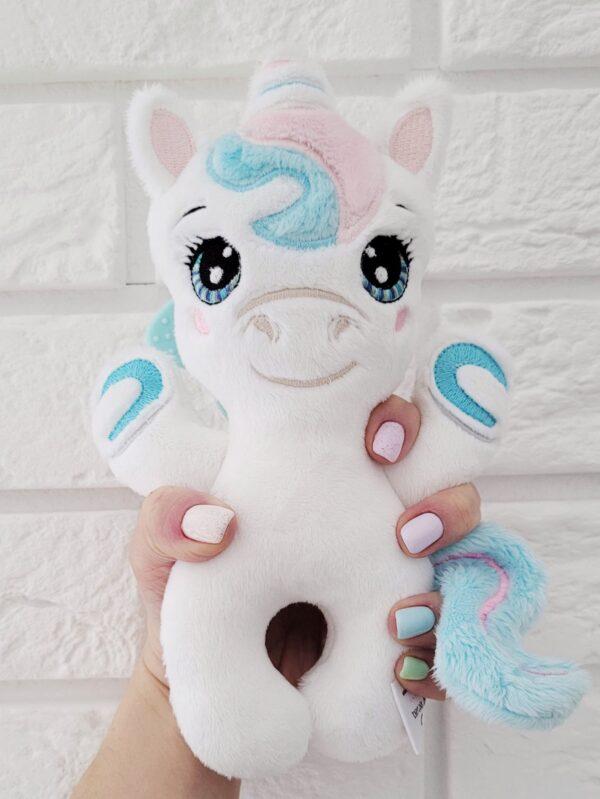 Grzechotka baby unicorn do uszycia na hafciarce projekt ITH, Baby jednorożec maskotka z gryzakiem, przytulanka dla niemowlaka z grzechotką, piszczkiem i gryzakiem